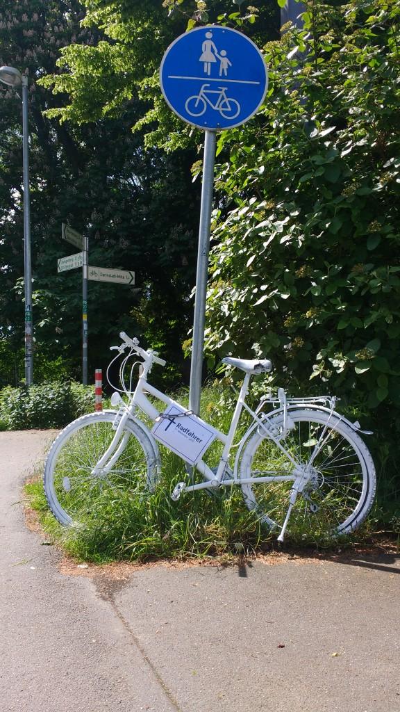 Ghost Bike an der Ecke Landgraf-Georg-Straße/Fiedlerweg